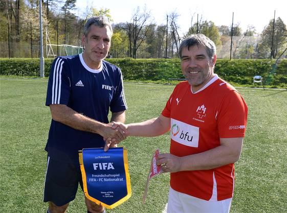 Man kennt sich: Fifa-Sprecher Walter de Gregorio vor einem Freundschaftsmatch gegen den FC Nationalrat von CaptainEric Nussbaumer (r.).Markus Ulmer/Foto-net