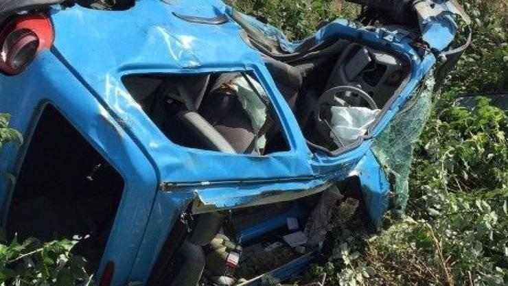 Das völlig demolierte Auto, in dem ein Mensch starb und drei weitere schwer verletzt wurden. (Bild: Kantonspolizei Freiburg)