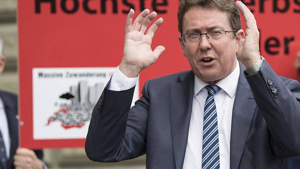 SVP-Präsident Albert Rösti bei der Einreichung der Unterschriften zur Begrenzungsinitiative, die das Ende der Personenfreizügigkeit verlangt. Der Bundesrat lehnt die Initiative ab. (Archivbild)