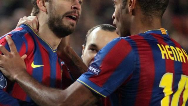 Barcelonas Pique (links) nimmt die Gratulationen von Henry entgegen