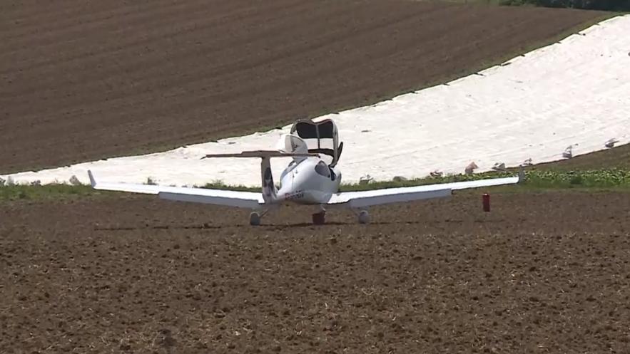 Kleinflugzeug muss auf Feld notlanden