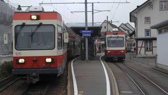 Nicht wegzudenken: Das Waldenburgerli soll weiterfahren (hier beim Bahnhof Hölstein). Allerdings sind bauliche Massnahmen und neues Rollmaterial nötig. (Bild: Martin Töngi)