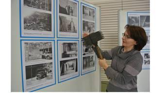 Nebst vielen Bildern sind in der Fotoausstellung auch Steinmetz-Werkzeuge ausgestellt: Jukuko-Präsidentin Priska Hauri zeigt einen Krönel.