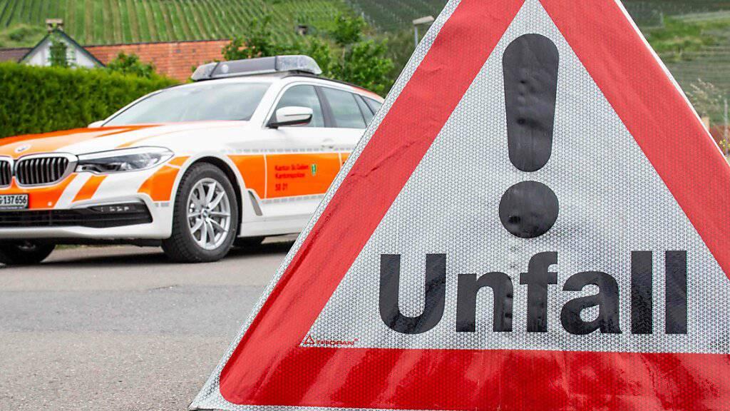 Ein 78-jähriger Belgier ist am Sonntagnachmittag mit seinem Auto auf der Autobahn A3 Richtung Zürich verunfallt. Noch auf der Unfallstelle verstarb er trotz Reanimationsversuchen. (Symbolbild)