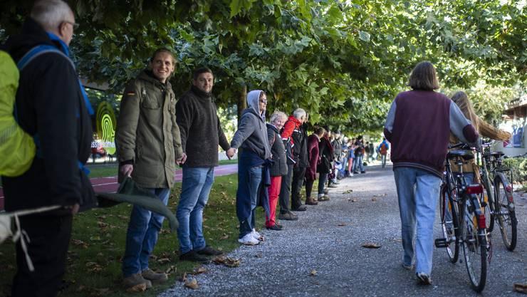 Kritiker der Coronaschutzmassnahmen demonstrierten rund um den Bodensee mit Menschenketten.