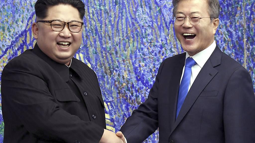 ARCHIV - In diesem Bild vom 27. April 2018 posiert der nordkoreanische Machthaber Kim Jong Un (l) mit dem südkoreanischen Präsidenten Moon Jae-in im Friedenshaus im Grenzdorf Panmunjom in der Demilitarisierten Zone in Südkorea. Foto: Korea Summit Press/Pool via AP/dpa