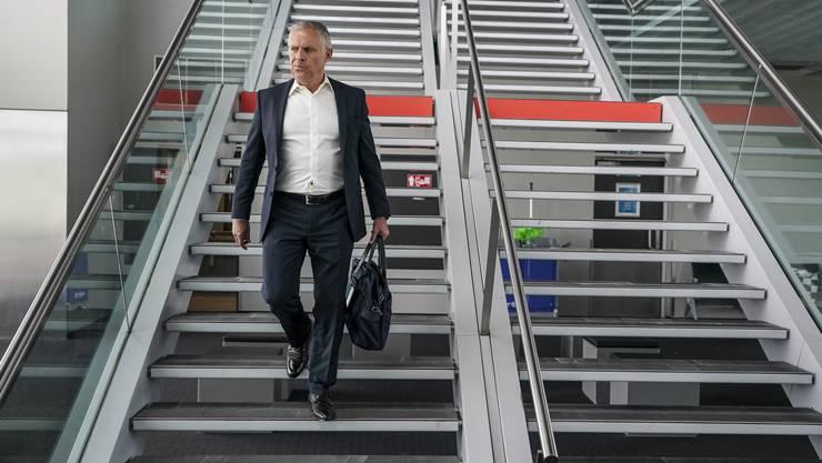 FCB-Sportchef Ruedi Zbinden geht die Treppe zum Gate runter.