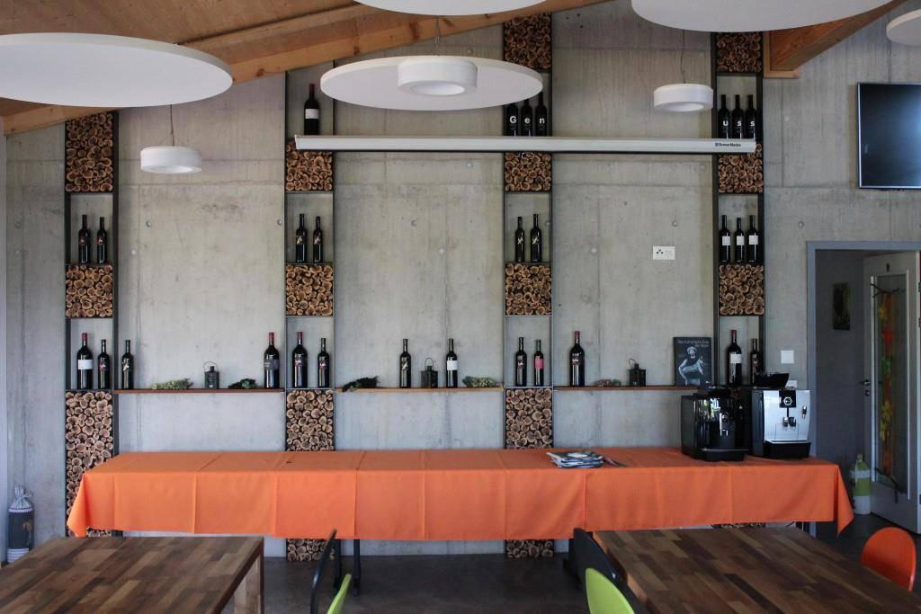 Die verschiedenen Lenz-Weine werden ausgestellt.