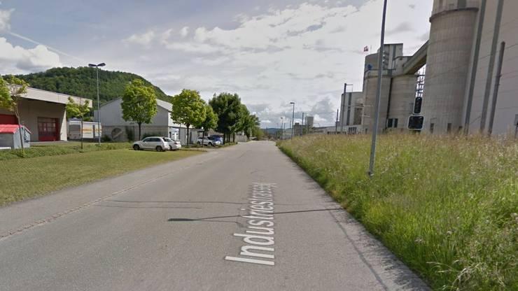Die Strasse führt gerade aus Richtung Bahnhof Würenlingen.