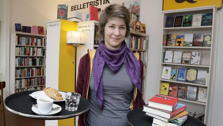 Franziska Freivogel im Nasobem Basel bietet neben Büchern auch Kaffee und Kuchen an.