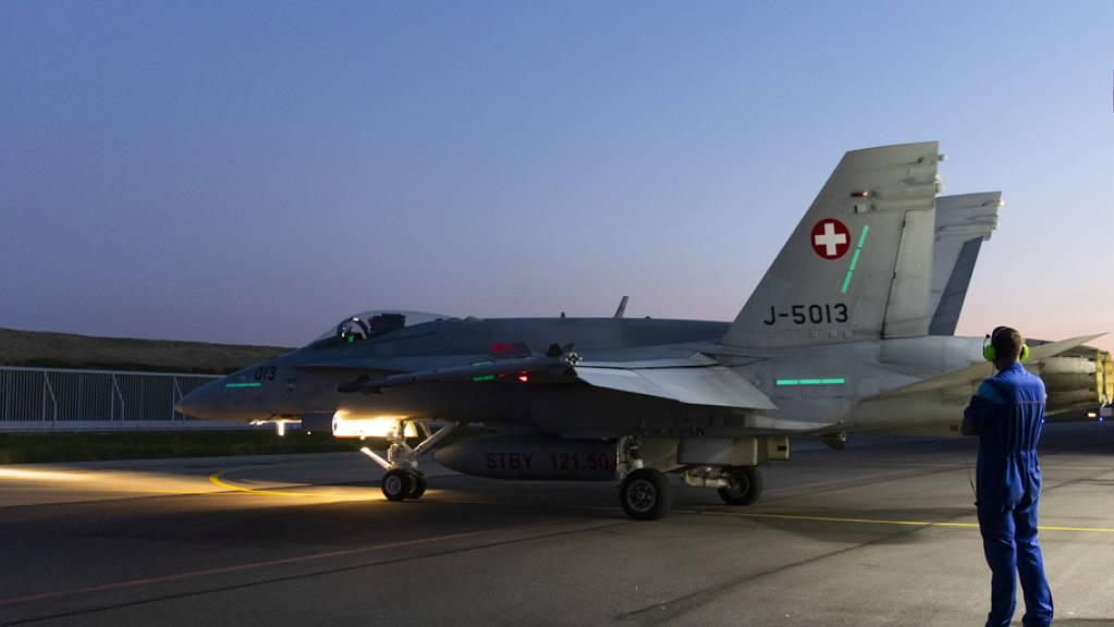 Ein F/A-18 Flugzeug rollt aus dem Hangar- nach der Entdeckung von Rissen werden sämtliche F/A-18-Flugzeuge der Schweizer Luftwaffe überprüft, und die Flugshow auf der Axalp vom Donnerstag wurde abgesagt. (Archivbild)