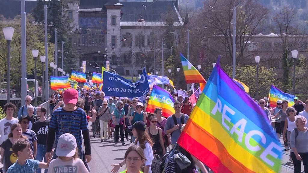 «Frieden statt Krieg exportieren»: Hunderte demonstrieren in Bern