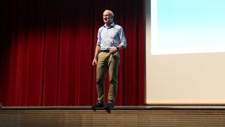 Der Ethnologe Rolf Gollob erklärt, dass es beim Lehrplan 21 darum geht, kinder auf eine Zukunft vorzubereiten, die niemand kennt.