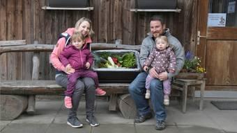 Alexandra und Fabian Ruch mit den Töchtern Emily und Sophia vor ihrem Hofladen in Kirchleerau. TIZ