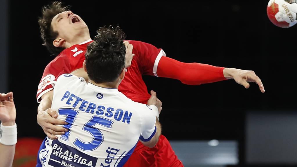 Der Isländer Alexander Petersson mit einer harten Verteidigung im Match gegen die Schweiz