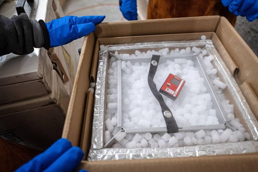 In die Kantone transportiert wird das Vakzin in Kartonschachteln und mit Trockeneis gekühlt. Temperatursensoren überwachen die Lieferung permanent.