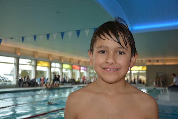 """Luis (9) schwimmt im sechsköpfigen Team von Klassenlehrer Müller. Kurz vor Start sagt er: """"Ich will heute gewinnen."""""""