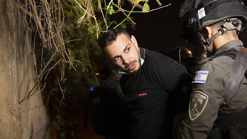 Ein palästinensischer Mann wird von der israelischen Polizei bei einem Protest gegen die gewaltsame Räumung palästinensischer Familien aus ihren Häusern im Jerusalemer Stadtteil Sheikh Jarrah festgenommen. Foto: Maya Alleruzzo/AP/dpa