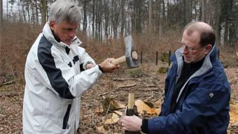 Ungewöhnliche Arbeit im Wald für Regierungsrat Peter C. Beyeler (rechts) und AKB-Chef Rudolf Dellenbach. Patrick Hersiczky
