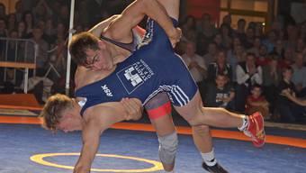 EM-Medaillengewinner Randy Vock (oben) punktet im Schlüsselkampf bis 65 kg Freistil gegen Dominik Laritz mit einem dynamischen Einbeinangriff.