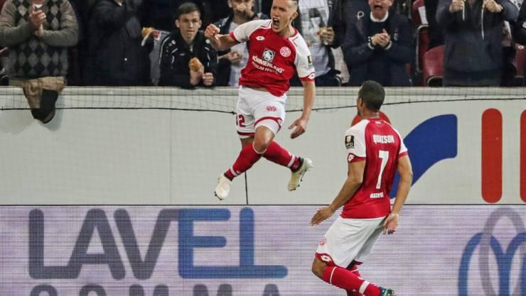 Mainz' Doppeltorschütze Pablo De Blasis (links) freut sich über das 1:0 in der Nachspielzeit der ersten Hälfte