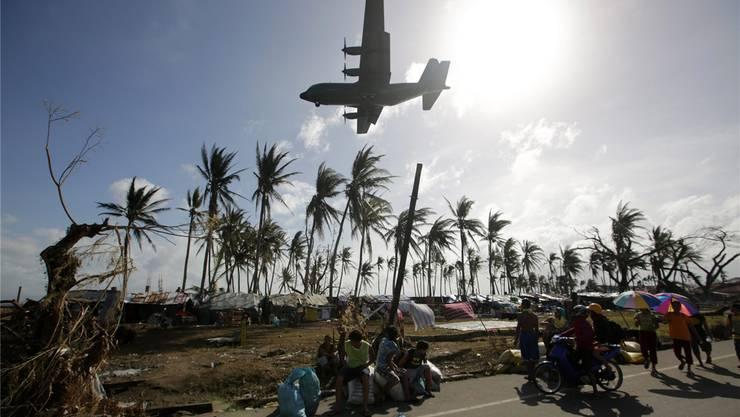 Über vier Millionen Menschen brauchen Hilfe: Cargomaschinen der Luftwaffe starten und landen pausenlos in Tacloban. Fotos: KEYSTONE