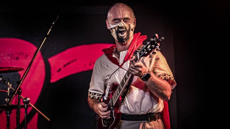 «Unsere Musik reduziert sich aufs Minimum, ist aggressiv und laut, spartanisch eben», sagt Lead-Gitarrist Peter Metzinger. Seit drei Jahren covert seine Band 300 Hits der australischen Hard-Rock-Gruppe AC/DC und andere Rock-Klassiker.