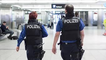 Die Drogen wurden bei einer Kontrolle im Transitbereich in einem doppelten Boden eines Koffers gefunden. (Symbolbild)