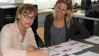 Knacknuss: Wer sitzt wo auf der Tribüne? Christina Christen (rechts) und Sandra Wiederkehr vor den Sitzplänen.  (EF.)
