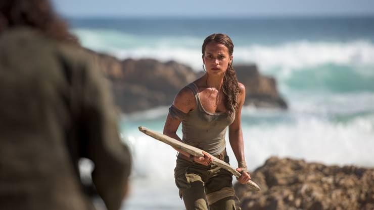 Ein Stück Holz statt zwei Pistolen: Lara Croft (Alicia Vikander) beweist im neuen «Tomb Raider»-Film vor allem Durchhaltekraft.