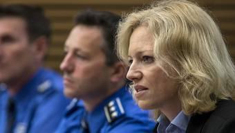 Die Leitende Staatsanwältin Barbara Loppacher (vorne) und Kripochef Markus Gisin (Mitte) erläutern vor den Medien ihre Ermittlungsergebnisse zum Vierfachmord in Rupperswil. Der mutmassliche Täter, ein 33-jähriger Student aus Rupperswil, war der Polizei vorher nicht bekannt.