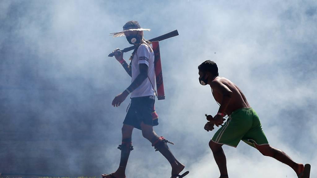 Indigene protestieren gegen umstrittenes Land-Gesetz in Brasilien