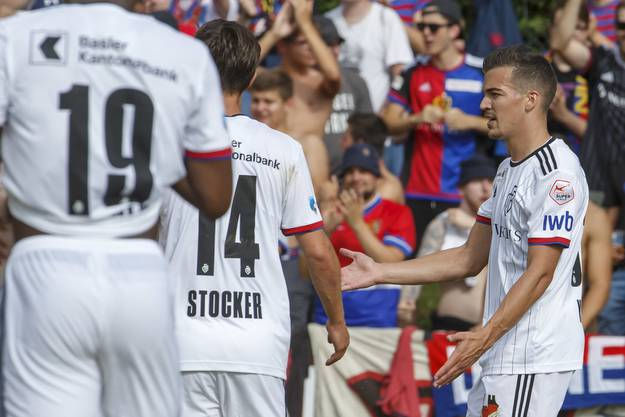 Kurz vor Schluss kann der FC Basel per Penalty den Sack zumachen: Samuele Campo erzielt den vierten Treffer, Kevin Bua (r.) feiert mit Valentin Stocker.
