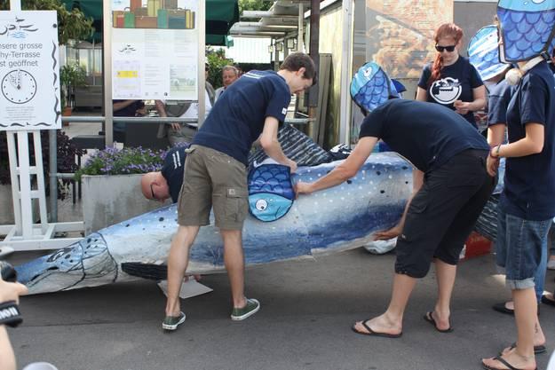 Um darauf aufmerksam zu machen, bastelten Umweltschützer einen Fisch aus Pappmaschee...