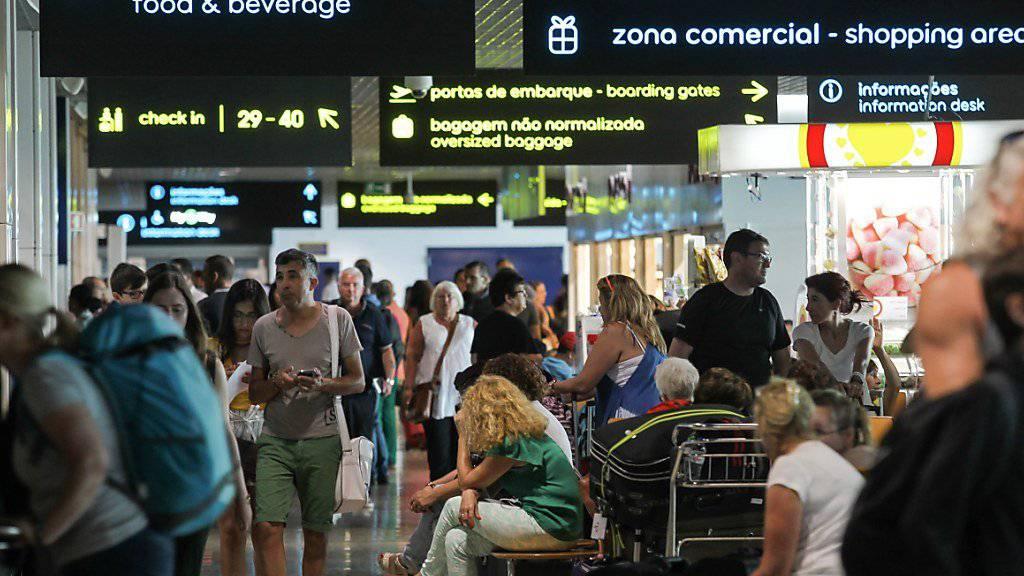 Auf der Ferien-Insel Madeira warten viele Feriengäste noch immer auf ihren Rückflug. Wegen starker Winde sind seit Samstag 160 Flüge annulliert worden. Die Wetterlage verbessert sich.
