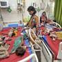 In einem Spital in Muzaffarpur im indischen Bundesstaat Bihar werden dutzende Kinder wegen akuter Enzephalitis behandelt.