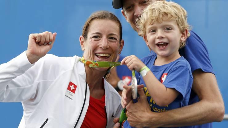 Nicola Spirig mit Yannis und der Olympia-Silbermedaille von Rio.