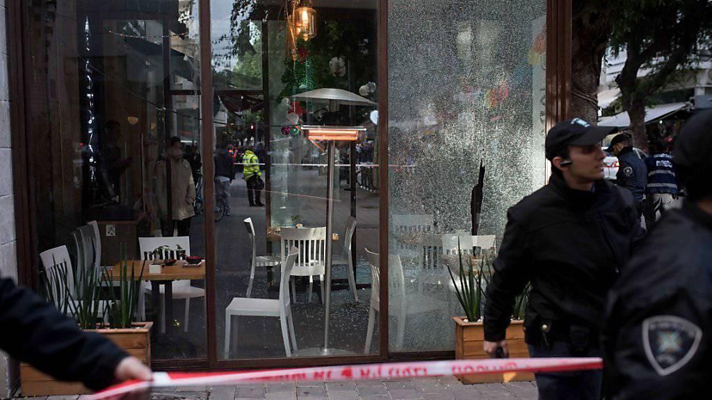 Zerbrochene Scheiben: Israelische Polizisten sperren das Gebiet rund um die Bar ab.
