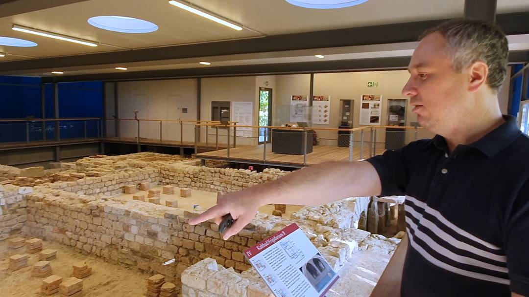 Archäologe Valentin Homberger erklärt das Römische Bad in Iuliomagus (Schleitheim)