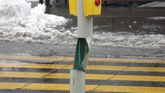 Ein unbekanntes Fahrzeug rammte eine Ampelanlage an der Aarauerstrasse - und fuhr davon.