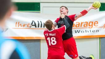 Robert Konecnik von Handball Wohlen in arger Bedrängnis.