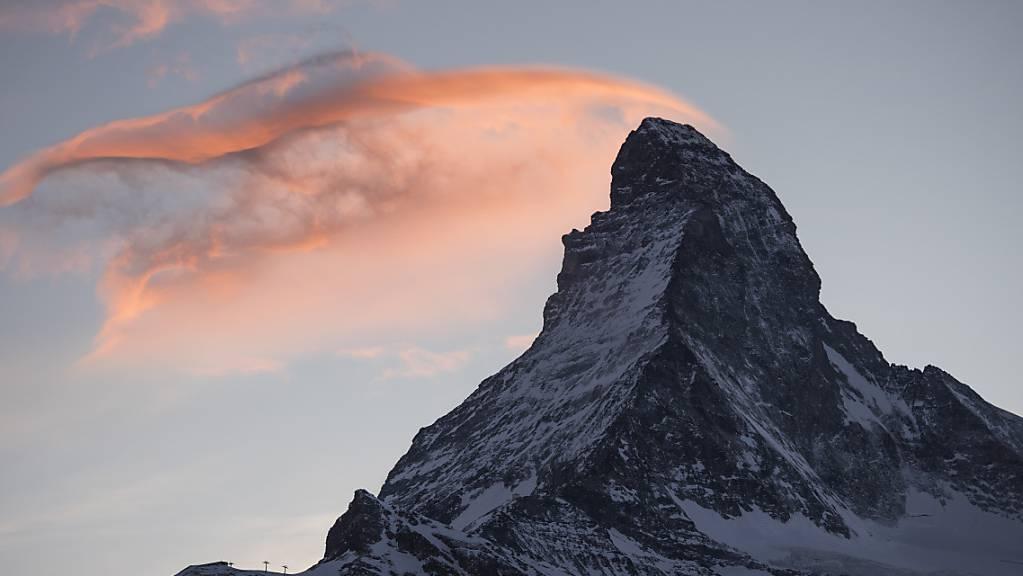 Eine Rettungsequipe der Air Zermatt hat am Sonntag am Matterhorn zwei Alpinisten mit schweren Erfrierungen evakuiert und ins Spital geflogen. (Archivbild)