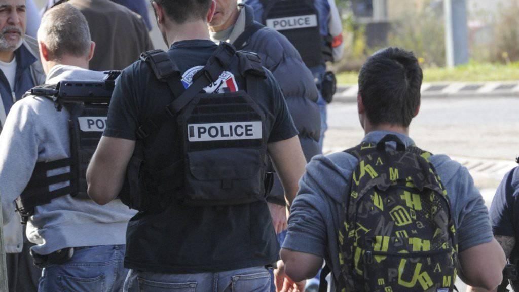 Wegen des Angriffs eines 16-Jährigen an einer Schule in Südfrankreich kam auch eine Sondereinheit der Polizei zum Einsatz. Gestoppt wurde der Täter aber vom Schuldirektor, der sich auf den schiessenden Jugendlichen gestürzt haben soll.