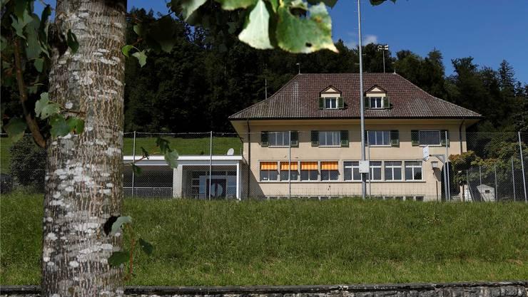 Weil nur drei Grundstücke verkauft werden können, gerät die Finanzierung der neuen Wohnsiedlung beim Aetinger Schulhaus in Schieflage.Hanspeter Bärtschi