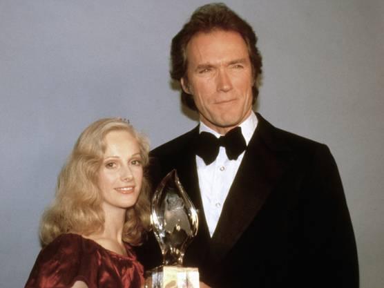 """Die US-Schauspielerin Sondra Locke, häufige Filmpartnerin und frühere Freundin von Clint Eastwood, ist tot. Sie starb an den Folgen einer Krebserkrankung. Ihr Tod wurde Mitte Dezember bekannt. Gleich für ihren ersten Film, das Drama """"The Heart Is a Lonely Hunter"""", hatte Locke 1969 eine Oscar-Nominierung als beste Nebendarstellerin erhalten. Nach dem Ende der Beziehung Eastwood kam es zu einem bitteren Gerichtsstreit um Unterhaltszahlungen. Sie einigten sich aussergerichtlich."""