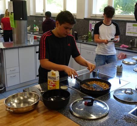 Jungs beim Kochen