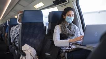Bald kein Einzelfall mehr: Frau mit Schutzmaske im Zug. (Symbolbild)