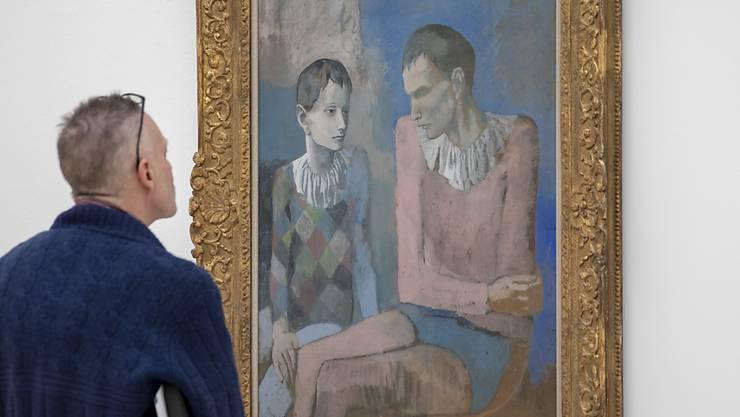 """Ein Besucher betrachtet das Bild """"Acrobate et jeune arlequin"""" (1905) am Freitag in der Fondation Beyeler in Riehen bei Basel. Die Ausstellung """"Der junge Picasso - Blaue und Rosa Periode"""" findet vom 3. Februar bis 26. Mai 2019 statt."""