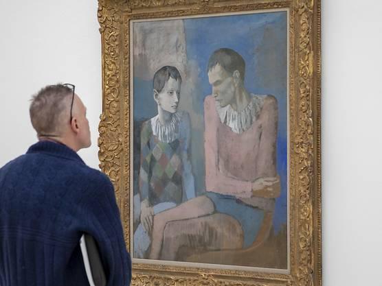 Ein Besucher betrachtet das Bild «Acrobate et jeune arlequin» (1905) am Freitag in der Fondation Beyeler.