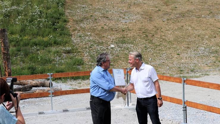 Beat Flach, Stiftungsratspräsident von Natur & Wirtschaft (links), überreicht das Zertifikat an Marcel Bieri, Werkleiter der JCF in Wildegg. zvg
